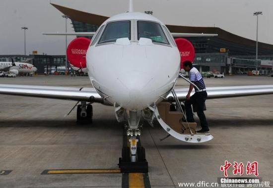 2014年6月5日,云南昆明长水机场迎来一辆加长悍马车,车里七八个云南本土富豪都是来看私人飞机的,这架飞机为塞斯纳飞机,奖状君主型号,售价1.2亿元人民币,喷气式飞机。图片来源:东方IC 版权作品 请勿转载