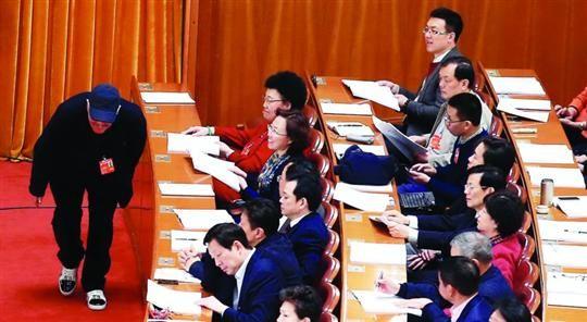 □3月7日,全国政协十二届二次会议在北京人民大会堂举行第二次全体会议,姗姗来迟的全国政协委员赵本山压低帽沿、猫着腰进会场。