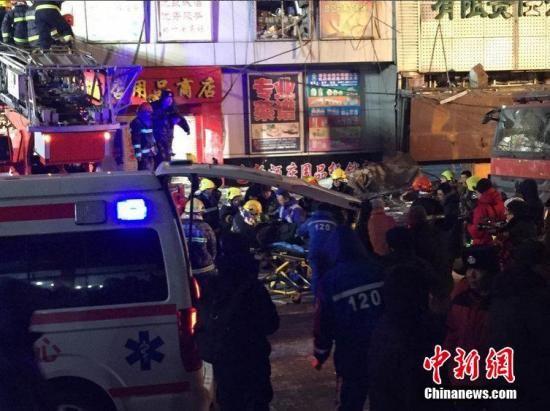 1月2日13时许,哈尔滨市道外区太古街与南勋街合围地段一仓库起火近10小时,过火仓库发生塌方,导致多名消防战士被埋。据记者现场了解到,已有14名消防员被送医救治,其中3人经抢救无效死亡。现场救援仍在进行中,具体伤亡人数尚待官方确认。王舒 摄