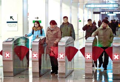 昨日晚高峰,朝阳门地铁站,乘客有序刷卡出站。票价调整后,轨道交通日客流下降约80万人次。实习生 彭子洋 摄