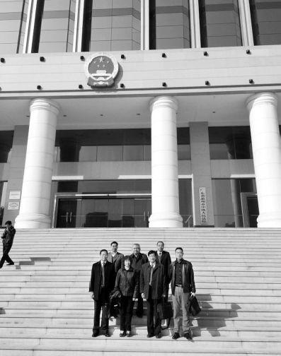 1月4日,状师团体退庭后在惠州中院门口合影。