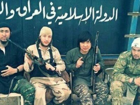 IS曾公布照片称右二为中国人。图片来源:观察者网