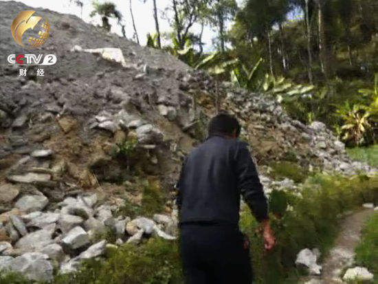 接近10米的石料堆 白花花的花岗岩暴露在外