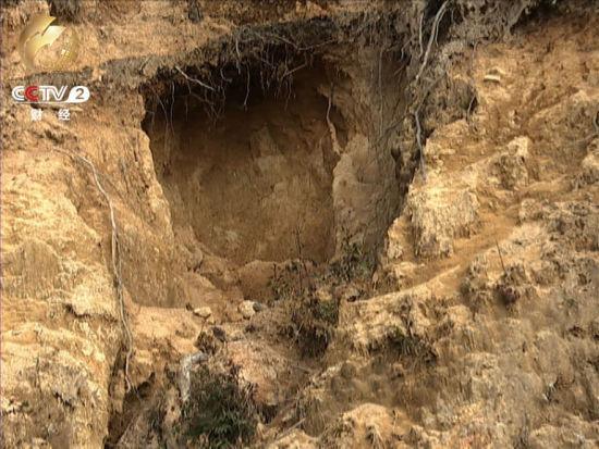 盗采者在山体上打出一个个矿洞 山体满目疮痍