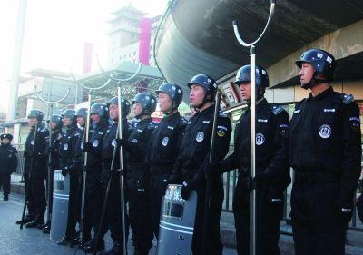 防恐管控特勤队队员配备反恐专用器具执勤上岗  供图/北京西站