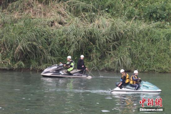 2月7日上午,台湾复兴航空班机坠河空难发生第4天,台北天气由阴雨转晴,气温回暖,基隆河河水能见度提升,搜救人员抓紧时机加大搜索力度。中新社发 路梅 摄