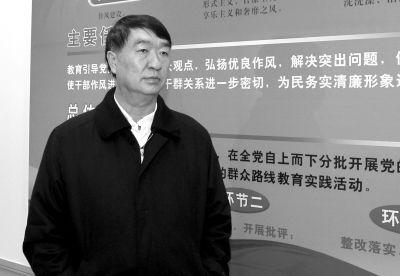 2013年12月27日,沈培平在昆明参观反腐倡廉和群众路线教育巡回展(资料图片)。图/CFP