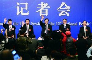 昨天,郑强、罗伟其、谢和平、沈健、李建保(从左至右)5位全国人大代表答记者问。 晨报记者 李木易/摄