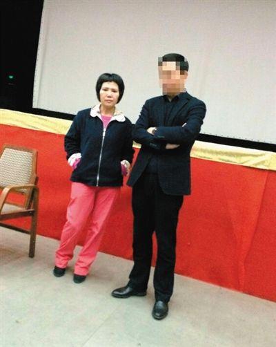 3月15日,一度失联的吴芳芳(左)现身和五金城商户谈判。受访者供图