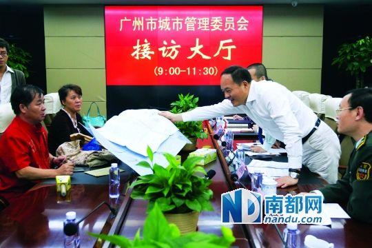 昨天接访现场,危伟汉(右二)在检察市民的资料。南边日报供图