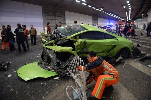 """4月12日凌晨,多名网友称,""""北京鸟巢隧道两跑车相撞,法拉利与兰博基尼上演现实版《速度与激情7》,兰博基尼被撞得支离破碎。"""""""