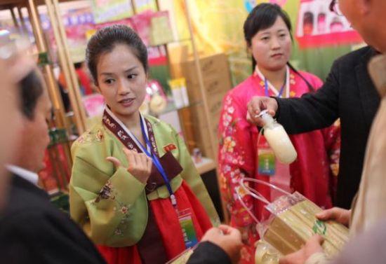 资料图片:2014年10月16日,第三届中朝经贸文化旅游博览会在丹东开幕。图为朝鲜工作人员售卖商品。