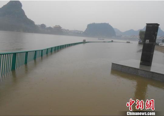 5月9日夜晚,柳州多地出现强降雨,共有76个乡镇(地区)遭遇大暴雨甚至特大暴雨袭击。 钱雄耀 摄