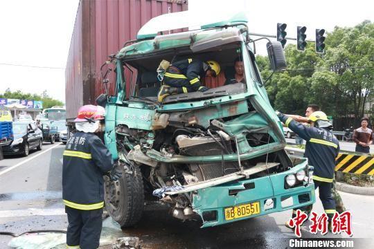 图为奉化消防、交警等部分营救职员在现场营救。 陈唐 摄