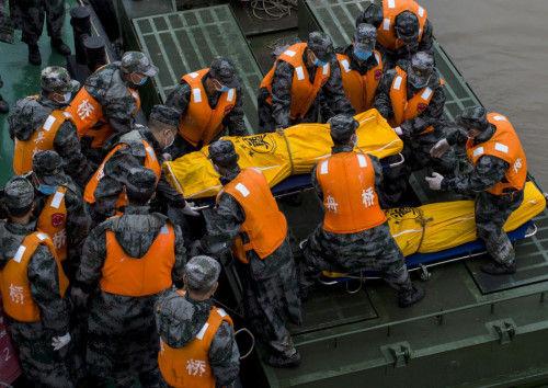6月3日,湖北监利,营救职员在沉船现场搬运找到的两具罹难者尸体。新华社记者 肖艺九 摄