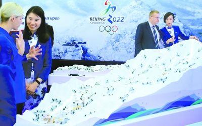 昨天,北京和阿拉木图冬奥申委在瑞士洛桑举行展示咨询活动,双方通过模型、影片等多媒体方式展示各自优势。本报记者 戴冰摄