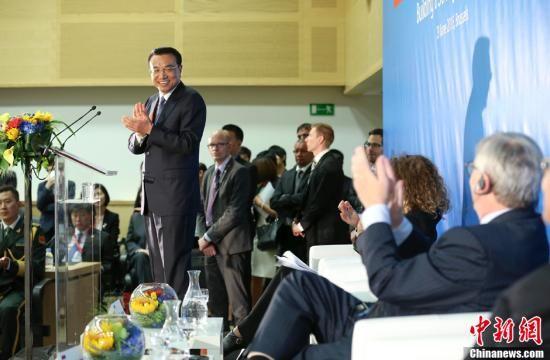 当地时间6月29日下午,中国国务院总理李克强在布鲁塞尔与欧盟委员会主席容克共同出席中欧工商峰会,并发表主旨演讲。中新社记者 刘震 摄