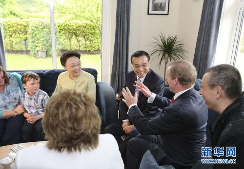 本地时刻5月17日下午,正在爱尔兰过境拜访的国务院总理李克强和夫人程虹在爱尔兰总理肯尼佳耦伴随下,观光了位于香农的加维农场。新华社记者丁林摄