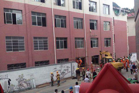 贵州铜仁一所中学改造时坍塌 3人被埋图片