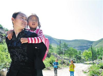 2015年5月13日,放学时,郜艳敏护送孩子们回家。近日,一篇题为《被拐女成为山村女教师》的报道引爆微博话题,当事人郜艳敏表示,不愿意过多回应网上的讨论。图/CFP