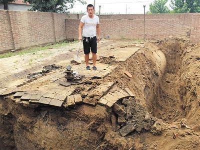 昨日下午2时左右,沧县华鑫车队黑油点大油罐露出地面,吊车司机在罐上查看。这个长约10米的大油罐,能装二三十吨柴油。