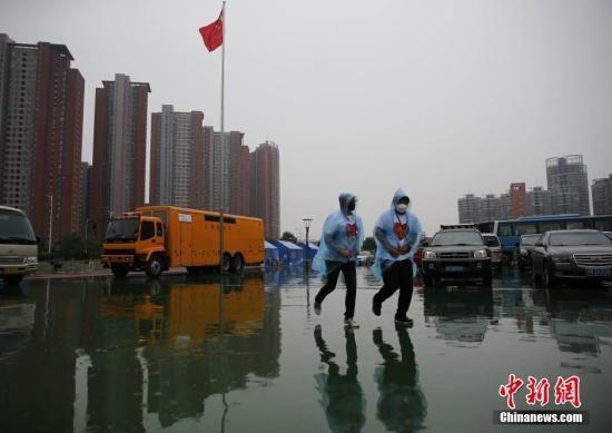 """资料图:8月18日,天津港""""8·12""""特别重大火灾爆炸事故所在区域下起中雨。中新社发 杨可佳 摄"""