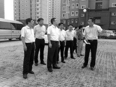国家信访局天津第二督查组,在与信访人面谈后,去原拆迁地现场进行实地考察。 京华时报记者刘雪玉摄