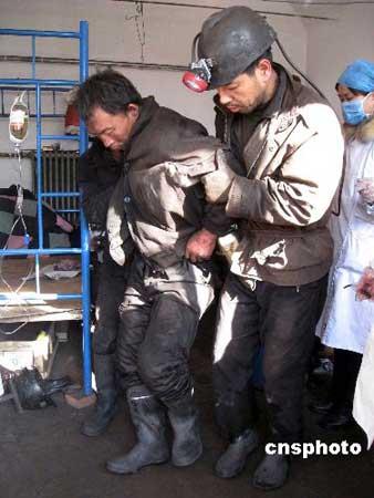 图文:被救出的矿工接受身体检查