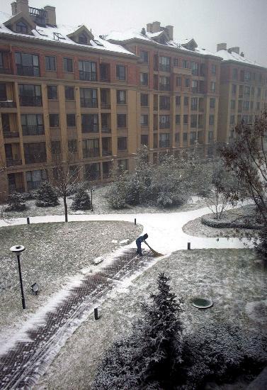 员在住宅小区内扫雪图片