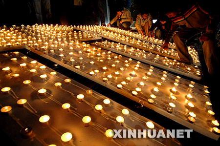 图文:青少年参加烛光祭