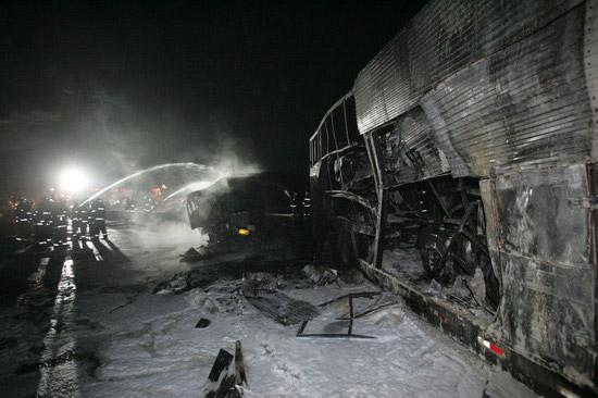 图文:加油站旁油罐车撞车爆燃