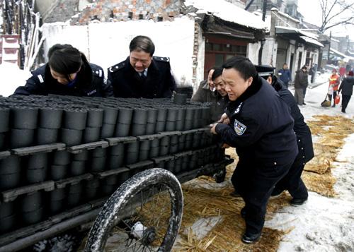 图文:武汉市公安局长雪中推煤车
