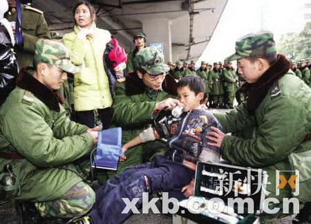 图文:官兵对昏迷男孩紧急抢救