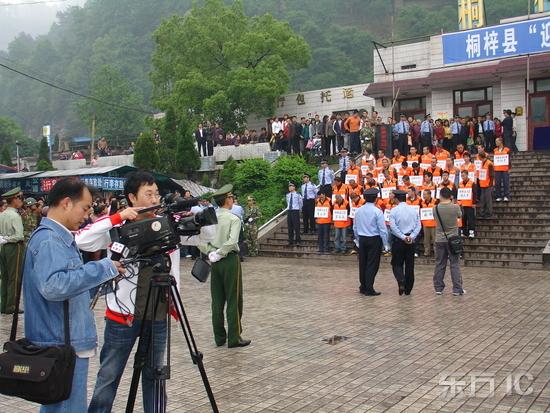 当地电视台对公审进行了采访图片