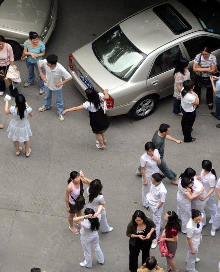 图文:成都市民在街上躲避
