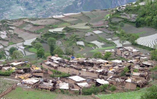 图文:空中看地震后的汶川县农舍