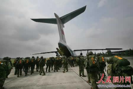 15名空降兵从海拔4999米高空伞降茂县(组图)