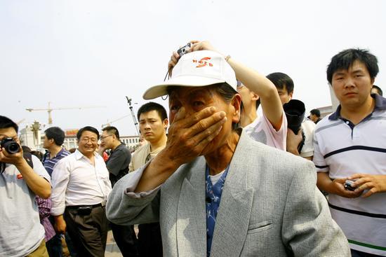 图文:老人掩面哭泣