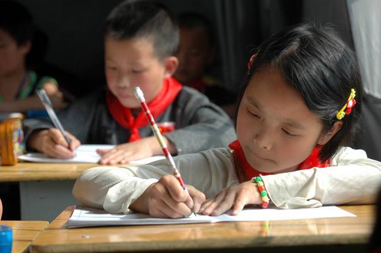 图文:孩子们在帐篷内写作业