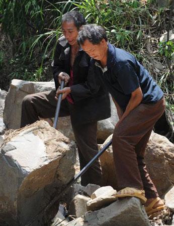 组图:贵州洪水灾区群众开始生产自救