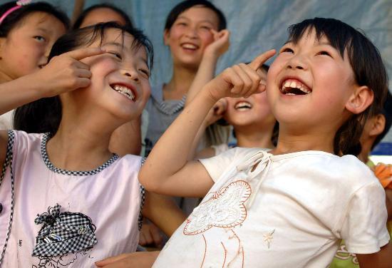 """图文:灾区儿童学""""减压""""露出笑脸"""