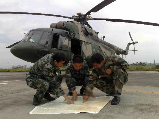 图文:机组人员在绵阳机场研究航线