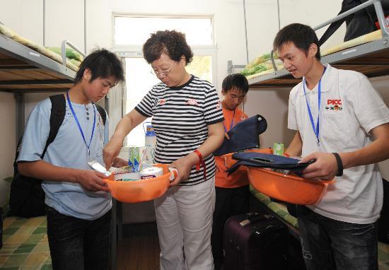 图文:四川灾区411名学生到湖北就读