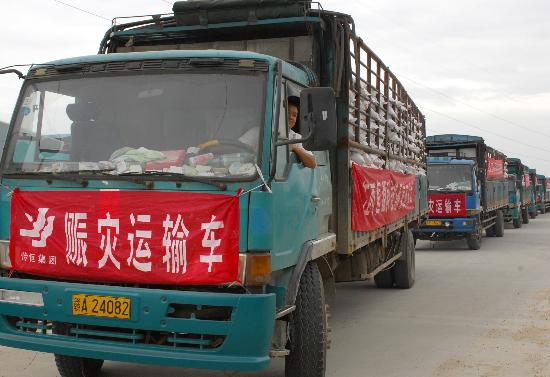 图文:装载爱心大米的运输车辆驶往南昌火车站