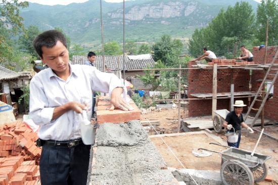 图文:甘肃陇南市成县城关镇受灾群众在建新居