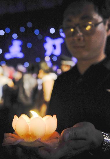 图文:北京市民放河灯为灾区同胞祈福