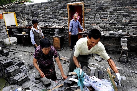 图文:灌口镇居民正在帮邻居在废墟上盖新房