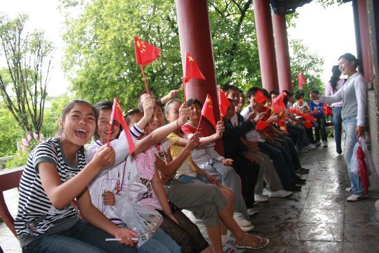 图文:来自四川灾区的学生在福泉山游玩