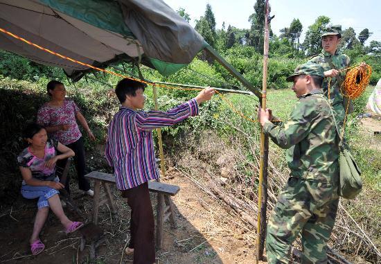 图文:解放军战士在为江油市受灾群众检修电线