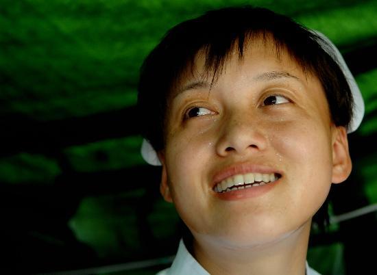 图文:野战医院的护士刘威在帐篷里汗如雨下